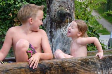 Kinder im Hofbrunnen