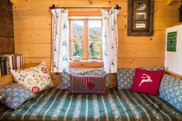 Kuschelige Bettstatt in der Almhütte