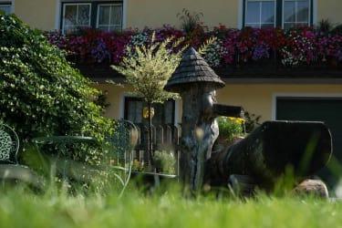 Lärchenbrunnen vor der Almhütte