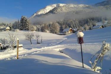 Blick vom Kaminzimmer auf den verschneiten Hausberg Röthelstein