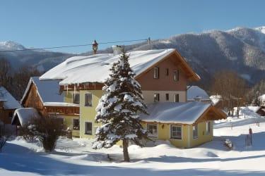 Bauernhaus, verschneiter Garten , Milchiehstall und im Hintergrund der wunderschön verschneite Berg