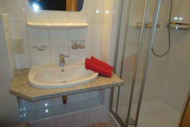 Dusche in 1 Doppelzimmer