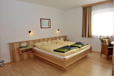 geräumiges Schlafzimer im Appartement Kulm