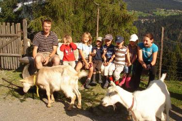 Bauer Hannes mit Kinder und Ziegen