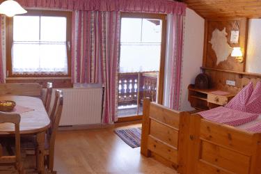 Familienzimmer mit gemütlicher Sitzecke