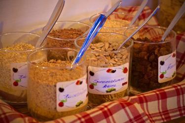 Am Frühstückstbuffet gibts viele gesunde und nährwerte Produkte.