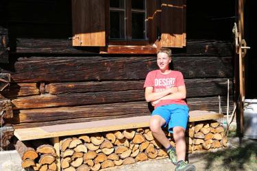 Bank vor der Hütte