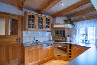 Die Kochecke mit E-Herd, Geschirrspüler und Kühlschrank