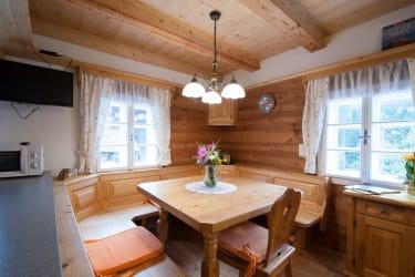 Die Wohnküche mit geräumiger Sitzecke