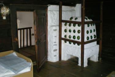 Kachelofen im Dreibettzimmer