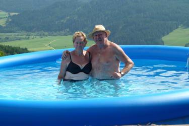 Oma und Opa im Pool