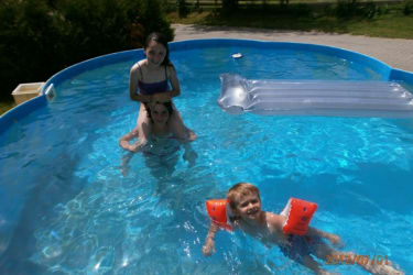 Kinder im Pool