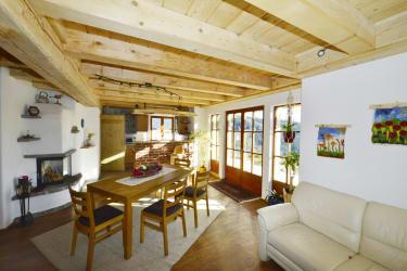 helle Wohnstube mit Küche