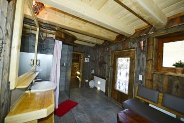 Vorraum und Dusche zur Sauna