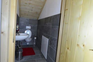 Toilette getrennt vom Badezimmer
