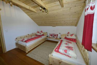 Das Zimmer mit zwei Einzelbetten