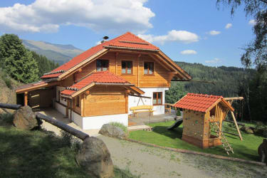 Das Ferienhaus Hubmoar mit dem Zirbitz im Hintergrund