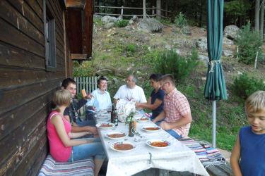 Gemütliches beisammensitzen vor der Hütte- das Kesselgulasch schmeckt!