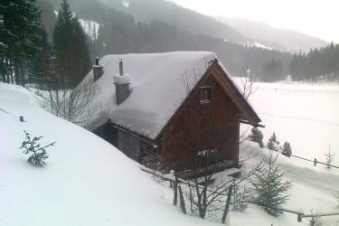 Im tief verschneitem Winter ist die Hütte mit dem Auto noch immer gut erreichbar.