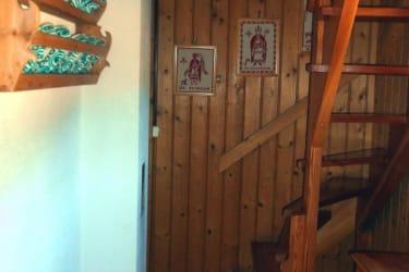 Vorraum mit Holzstiege zu den Zimmern.