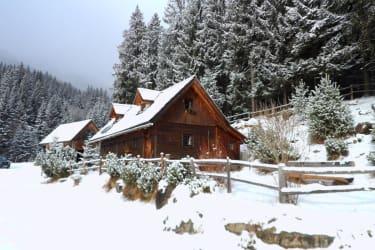Die Hütte in verschneiter Winterlandschaft.
