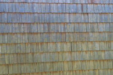 handgehackte Schindeln zieren die Wand