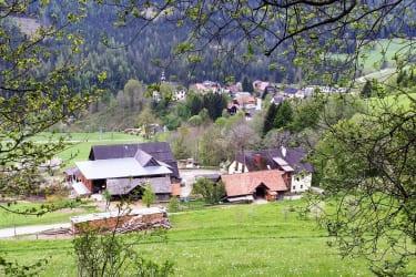 Hofansicht mit Blick auf Ortsteil Hinterbach