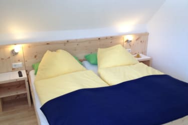 Schlafzimmer (Zirbenholzbett)