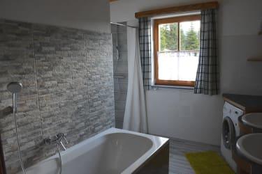 Das komfortable und große Badezimmer