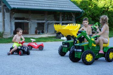 Mit unseren Fahrzeugen über den Hof düsen!