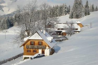 Ferienhaus im Hintergrund unser Bauernhaus