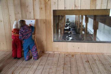 Spielscheune mit Blick in den Stall