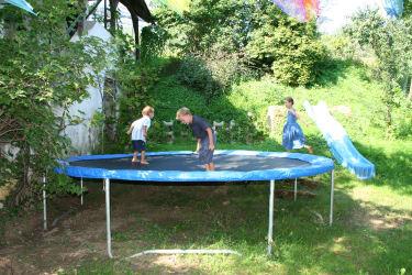 Für die Kinder gibt es ein großes Trampolin