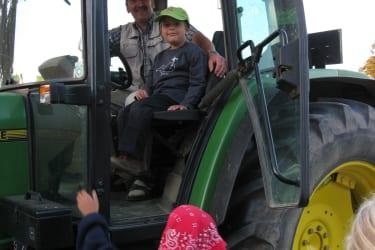 Am Traktor - ein Vergnügen für die Kinder