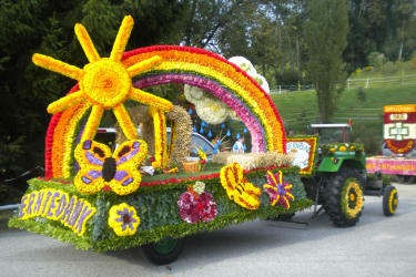 Beim Blumenkorso gewann unser Wagen der Bäuerinnen den ersten Preis