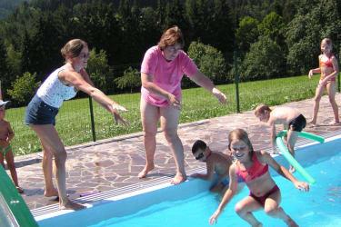 Schwimmbad Kinder springen