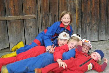 Hier dürfen wir im Stall mithelfen und selber Bauer sein. Am Kinderbauernhof Ierzerhof, Pitztal, Tirol