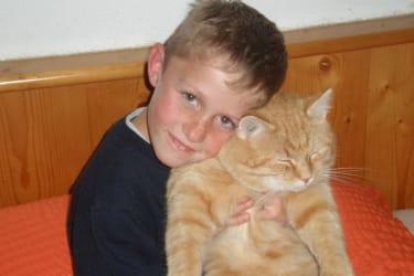 Enkel Daniel mit Katze Niki