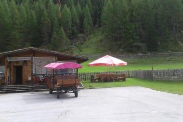 Holzhütte mit Chillecke, Grillplatz