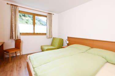 Schlafzimmer richtung Norden; Schreibtisch; Betten und Vorleger aus Schafwolle; je Zimmer 1 Dusche + WC; optional: 3. Schafmöglichkeit od. Kinderbett