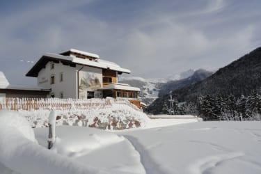 Im Hintergrund das Hochzeiger-Skigebiet