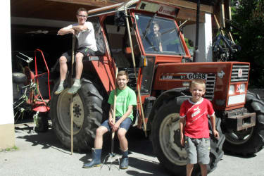 junge Bauern starten in die Heuernte