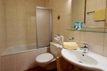 Doppelzimmer Bad mit Badewanne