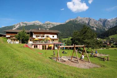 Pension Ladestatthof mit Spielplatz im Sommer