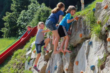 Abenteuerspielplatz für Kinder - KLETTERFELSEN