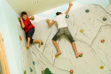 Kinderspielzimmer mit Tischfußball und Kletterwand