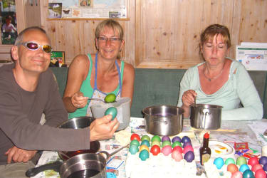 Gäste beim Ostereierfärben