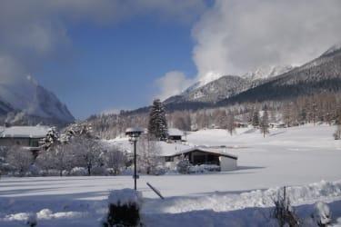 Genießen Sie von unserer Terrasse aus den herrlichen Blick auf die verschneiten Berge