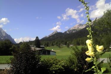Wir verwöhnen Sie mit einem herrlichen Ausblick auf die Bergwelt im Gaistal