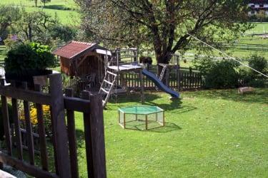 Unser Garten und Spielhaus und Spielplatz